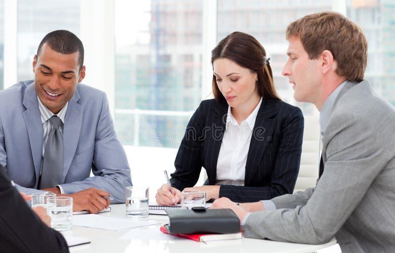 Unidade de negócio concentrada que tem uma reunião fotografia de stock