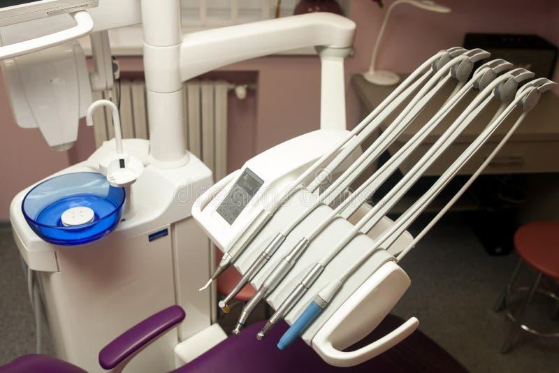 A unidade dental, equipamento, instrumentos e fura dentro dental moderno fotos de stock royalty free