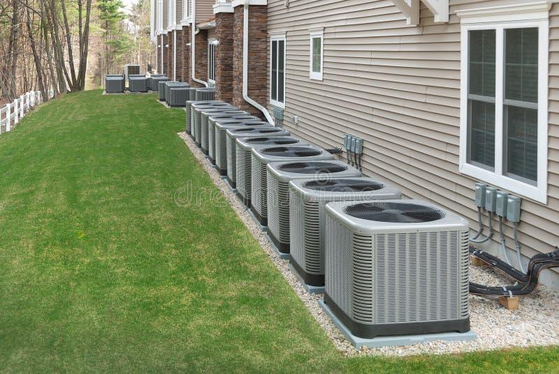 Unidades al aire libre de la pompa del aire acondicionado y de calor fotos de archivo libres de regalías