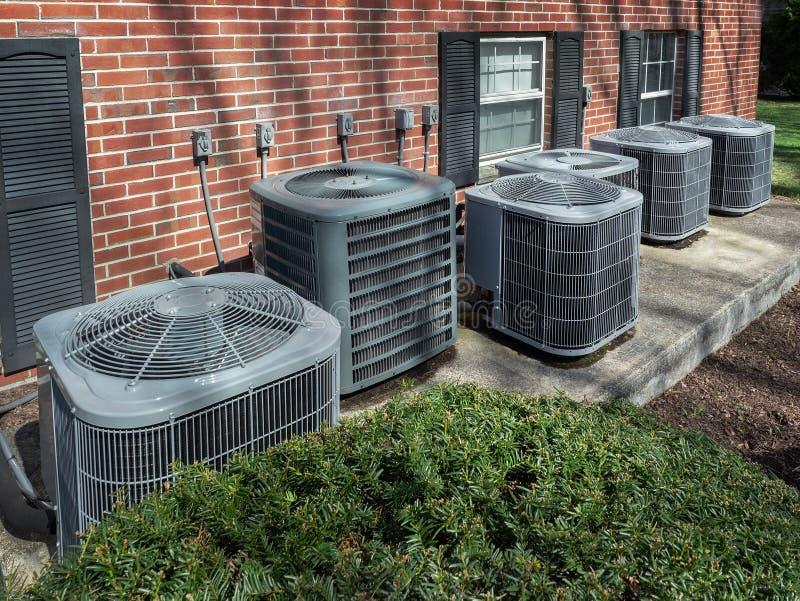 Unidades de aire acondicionado fuera de un complejo de apartamentos fotografía de archivo