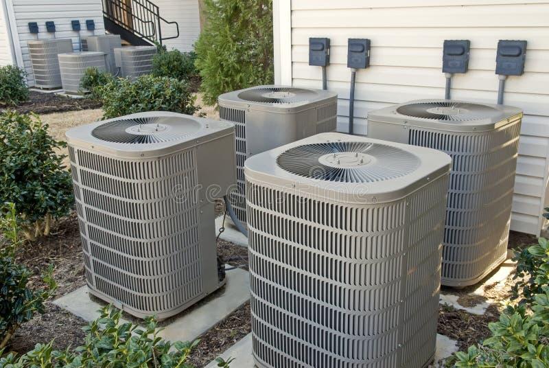 Unidades de condicionamento de ar para o prédio de apartamentos da Multi-família horizontal imagens de stock