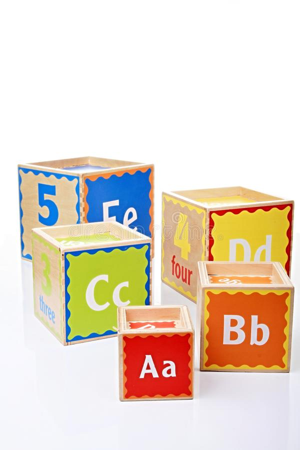 Unidades de creación del juguete en la tabla imágenes de archivo libres de regalías