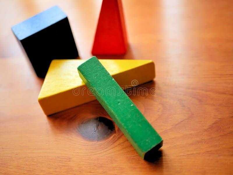 Unidades de creación de madera de los niños coloreadas brillantemente en la tabla fotografía de archivo