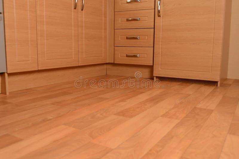 Unidades de la cocina y suelo de madera foto de archivo
