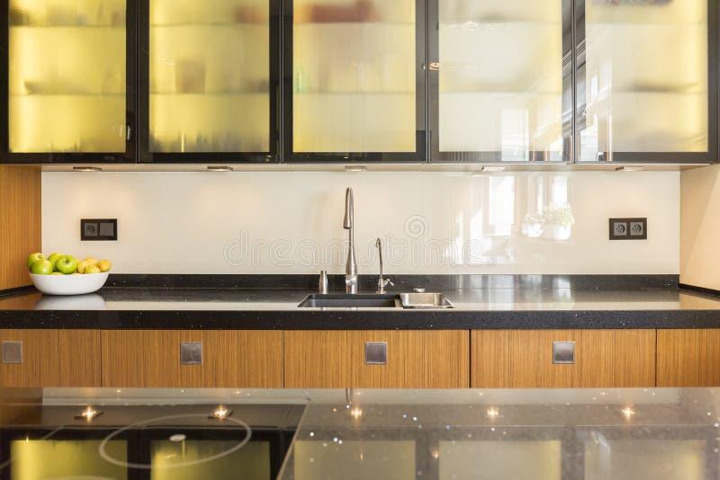 Unidades de madera en la cocina foto de archivo libre de regalías