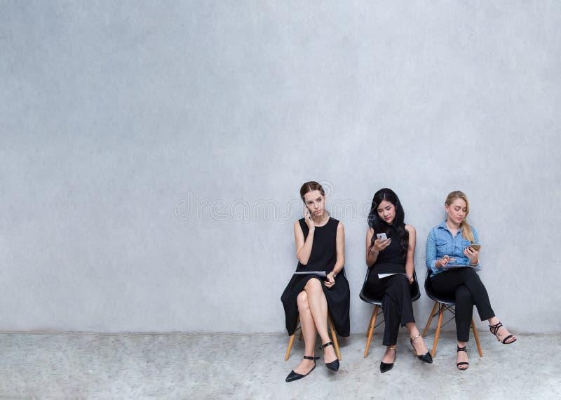 Unidades de negocio a usar los teléfonos Durante la espera para el intervi foto de archivo