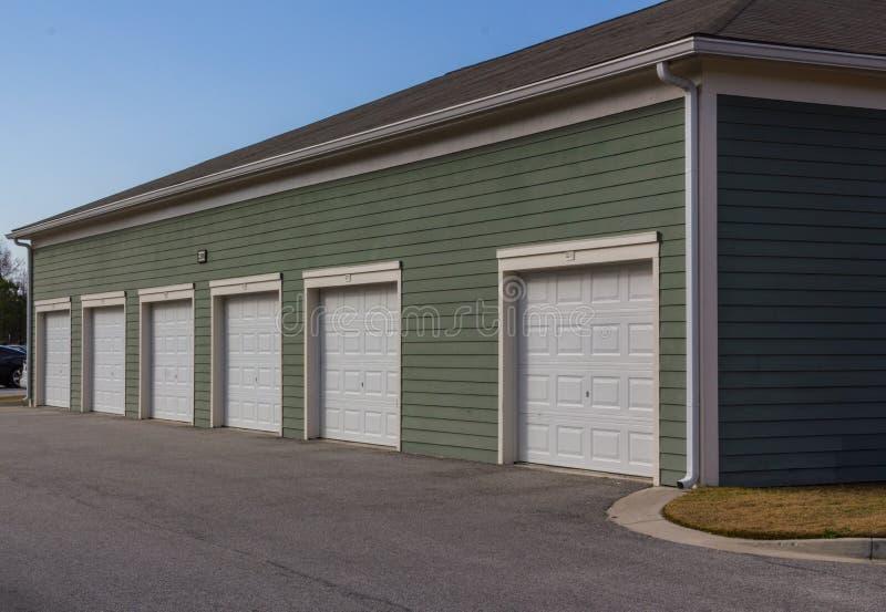 Unidades del garaje del complejo de apartamentos fotos de archivo libres de regalías
