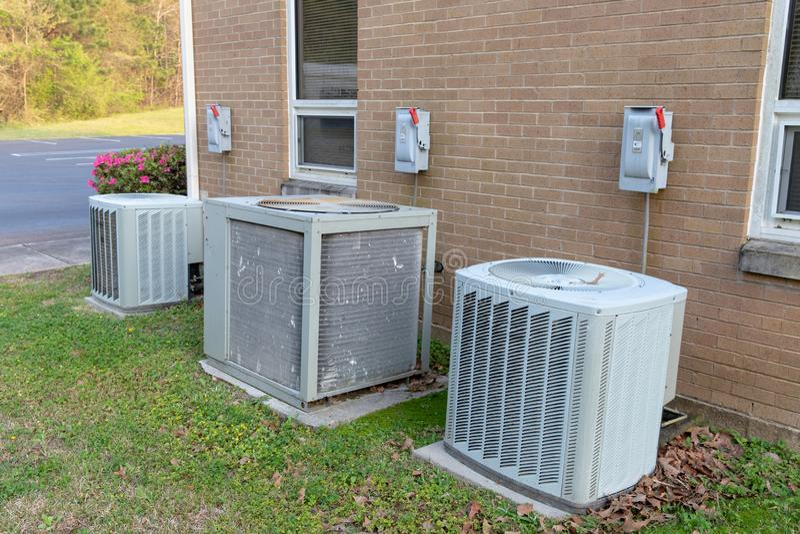Unidades do condicionador de ar com interruptores eliminados ao lado da construção commerical imagem de stock royalty free