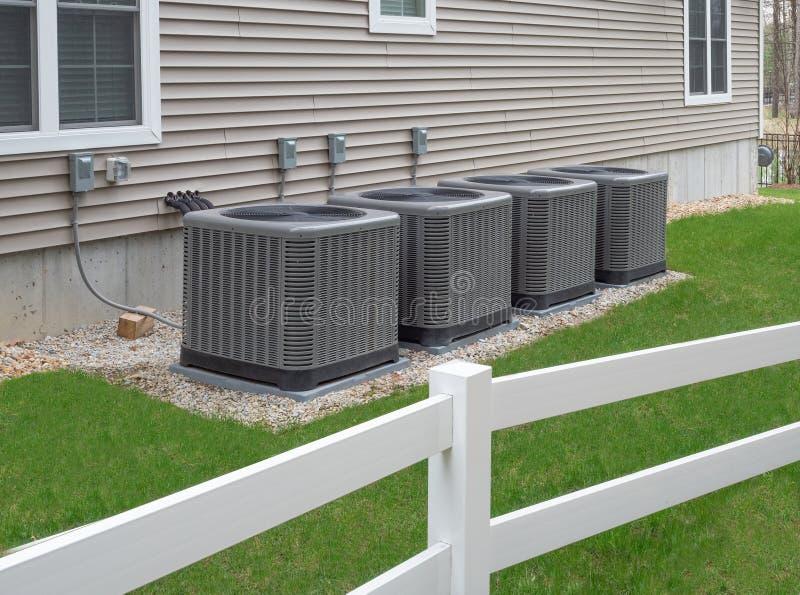 Unidades exteriores da bomba do condicionamento de ar e de calor fotografia de stock