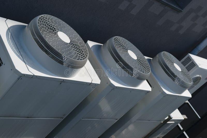 Unidades industriales grandes del exterior del acondicionador de aire imagen de archivo libre de regalías