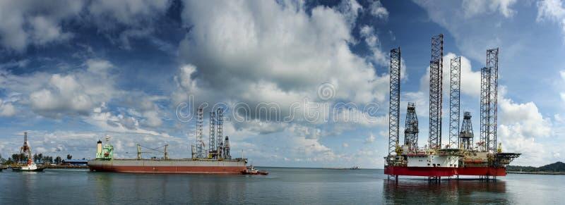 Unidades móveis MODU da perfuração a pouca distância do mar no porto foto de stock royalty free
