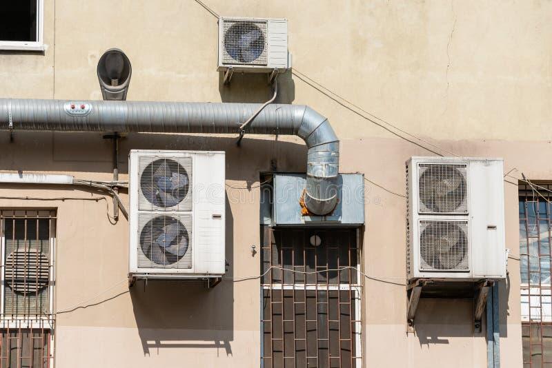 Unidades refrigerando na fachada da construção fotografia de stock