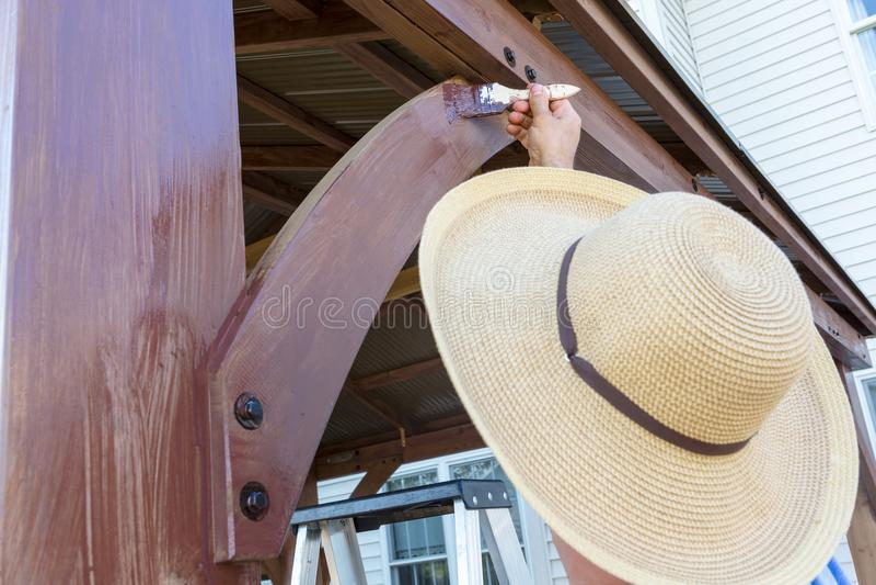 Unidentifiable mężczyzna w sunhat brudzenia drewnie fotografia stock