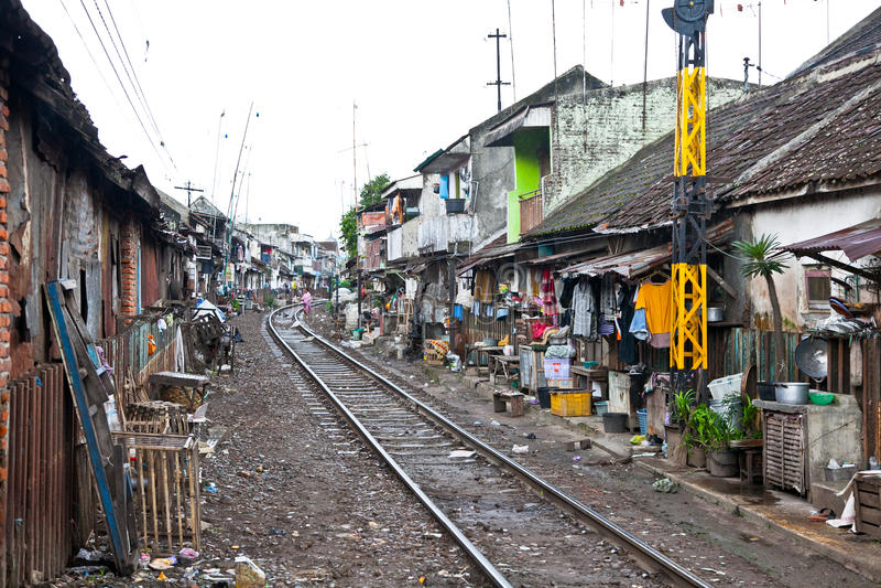 Unidentified fattigt folk som bor i slumen, Indonesien. royaltyfri fotografi