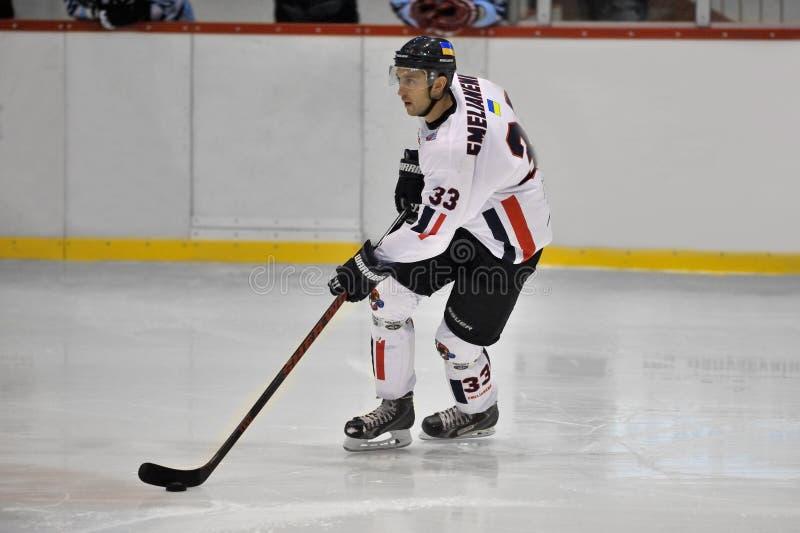 Unidentified hockeyspelare konkurrerar arkivfoton