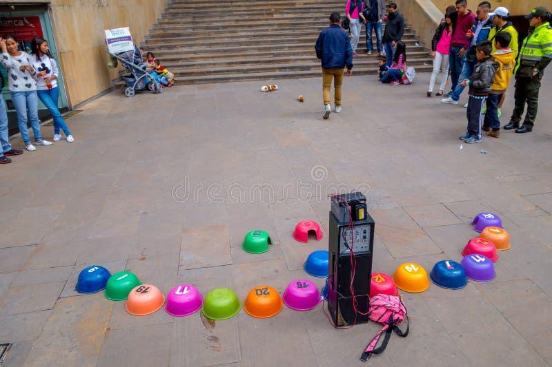 Unidentify tłumu dopatrywania ulicy królik doświadczalny zdjęcie royalty free