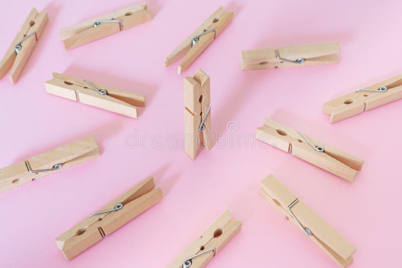 Uniek, individualiteit, opmerkelijk, leiding en denk verschillend concept Één houten klemverschil van andere stock afbeelding