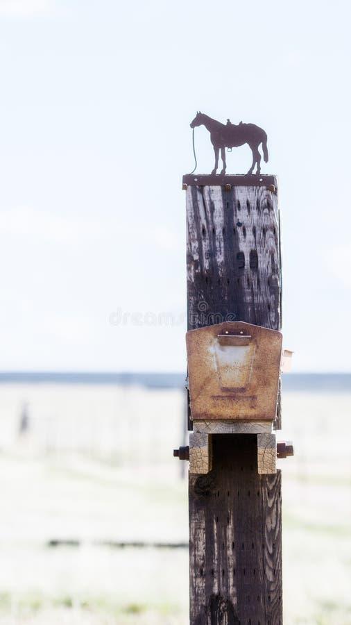 Uniek Volksart cowboy mailbox in Landelijk Colorado stock foto's
