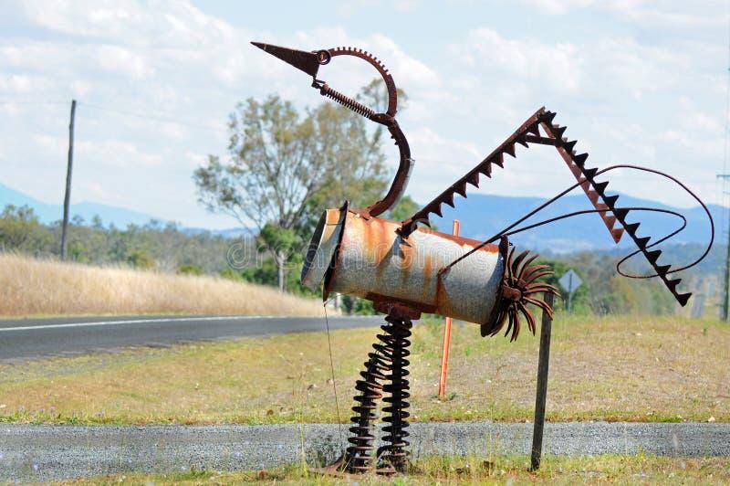 Unieke Australische die het beeldhouwwerkbrievenbus van de vogelemoe van schroot wordt gemaakt stock afbeelding