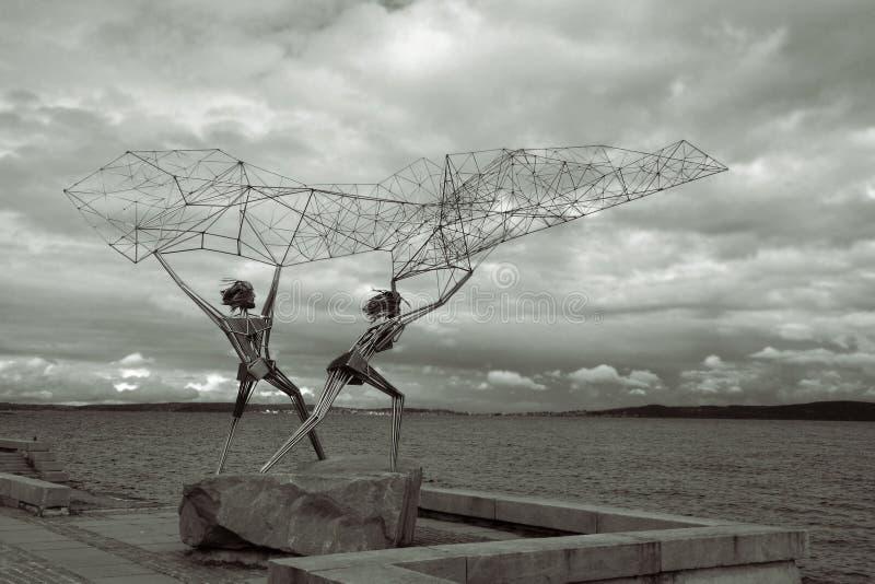 Unieke beeldhouwwerk` Vissers ` met geometrisch cijfer van een metaal visserijnetwerk stock afbeeldingen