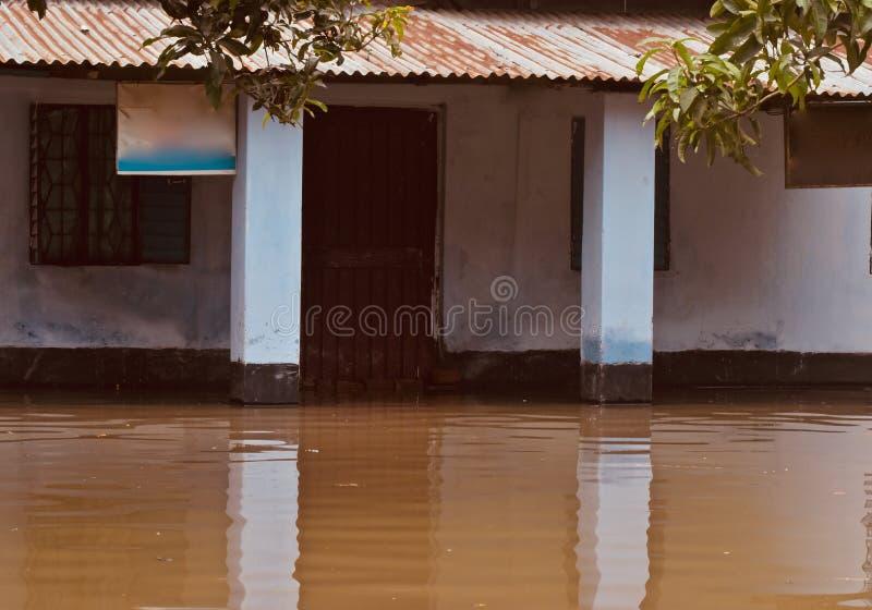 Unieke foto van het vloed de water beïnvloede huis stock foto
