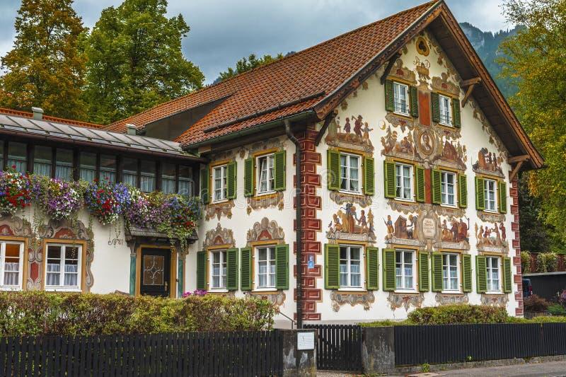Unieke geschilderde huizen van Oberammergau stock afbeeldingen