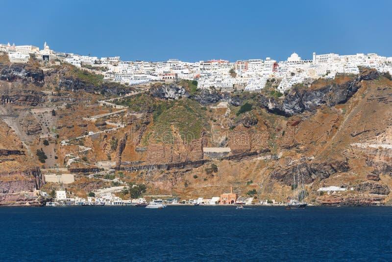 Unieke mening langs de caldera van Santorini met Fira en Firostefani in het middaglicht, Griekenland stock afbeeldingen