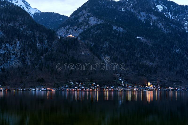 Unieke mening van beroemd Hallstatt-bergdorp in de Oostenrijkse Alpen bij nacht Mooie mening aan de andere kant van de kust stock foto's