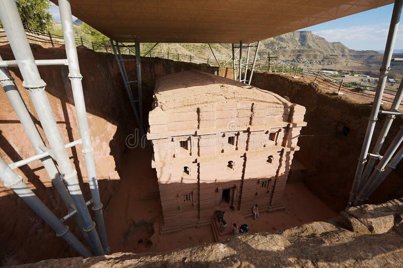 Unieke monolithische rots-gehouwen die kerk met het moderne dak van de weerbescherming, Lalibela, Ethiopië wordt behandeld royalty-vrije stock fotografie