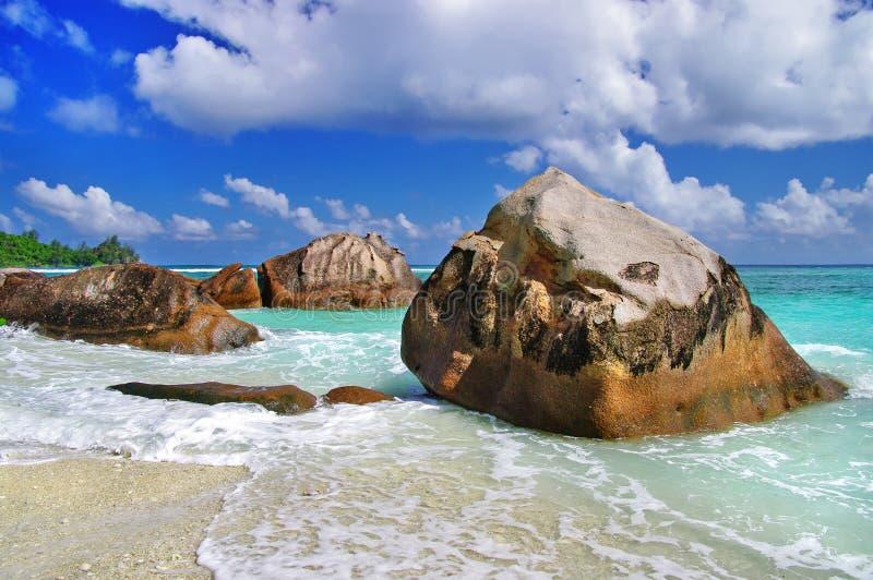 Unieke rotsachtige stranden van Seychellen stock foto's