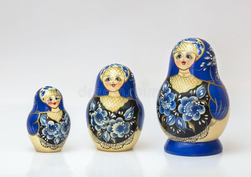 Unieke Russische genestelde pop (Matryoshka) in wit, wat dicht samen als een familie worden geplaatst royalty-vrije stock foto's