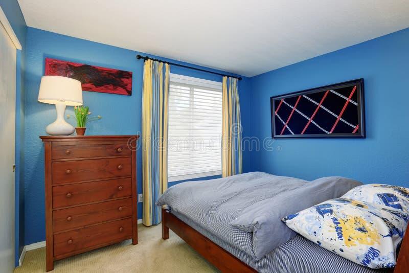 Slaapkamer Blauw Verven : Unieke slaapkamer met helder blauw binnenland stock afbeelding