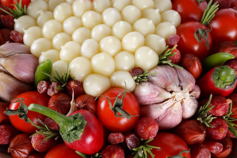 Unieke smakelijke eetbare gift voor een mens in de vorm van een boeket die uit geïsoleerde worst, kaas, tomaten, peper en knofloo stock foto