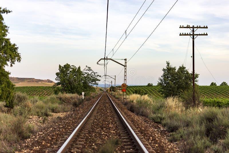 Unieke spoorlijn bij de zonsondergang Het spoor van de treinspoorweg Lage wolken over de spoorweg royalty-vrije stock foto