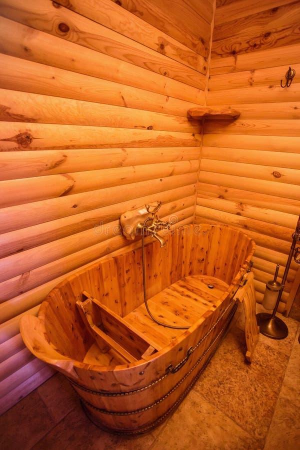 Unieke traditionele houten badkamers stock afbeelding