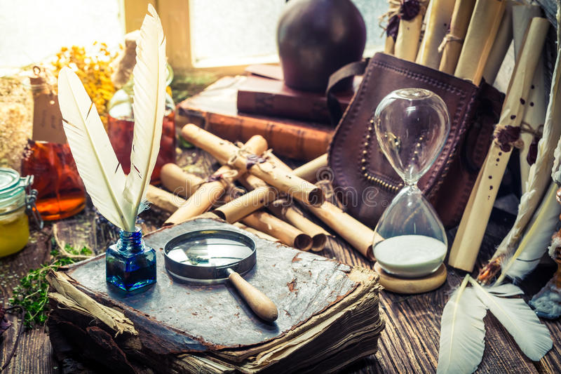 Unieke witcher labolatory met rollen en ingrediënten stock afbeeldingen