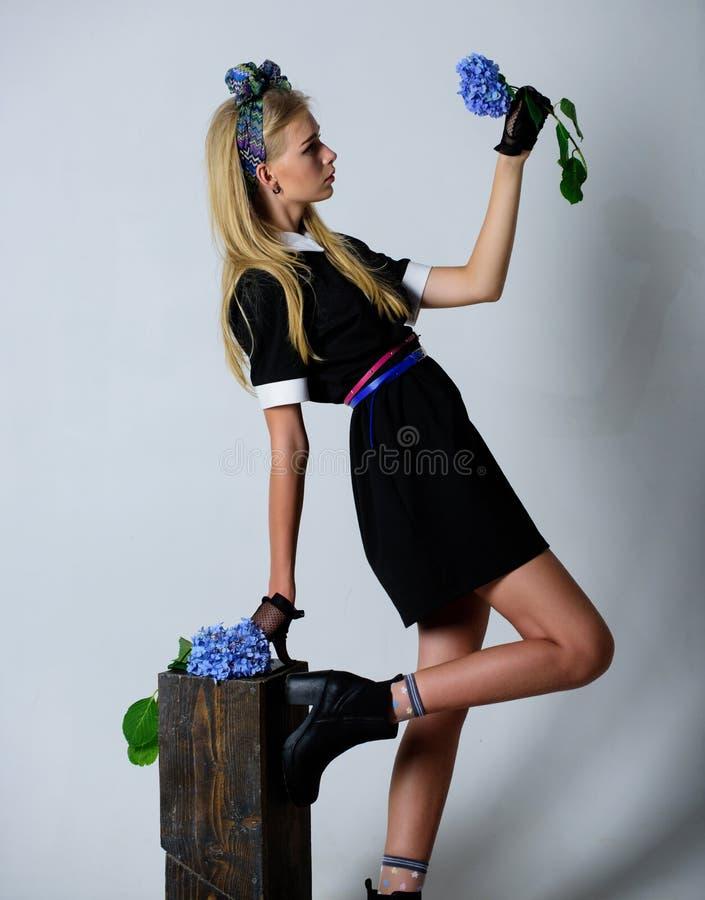 Uniforme à la mode Concept de mode de vintage Robe noire élégante d'usage blond de fille Université uniforme formelle d'école d'é image stock