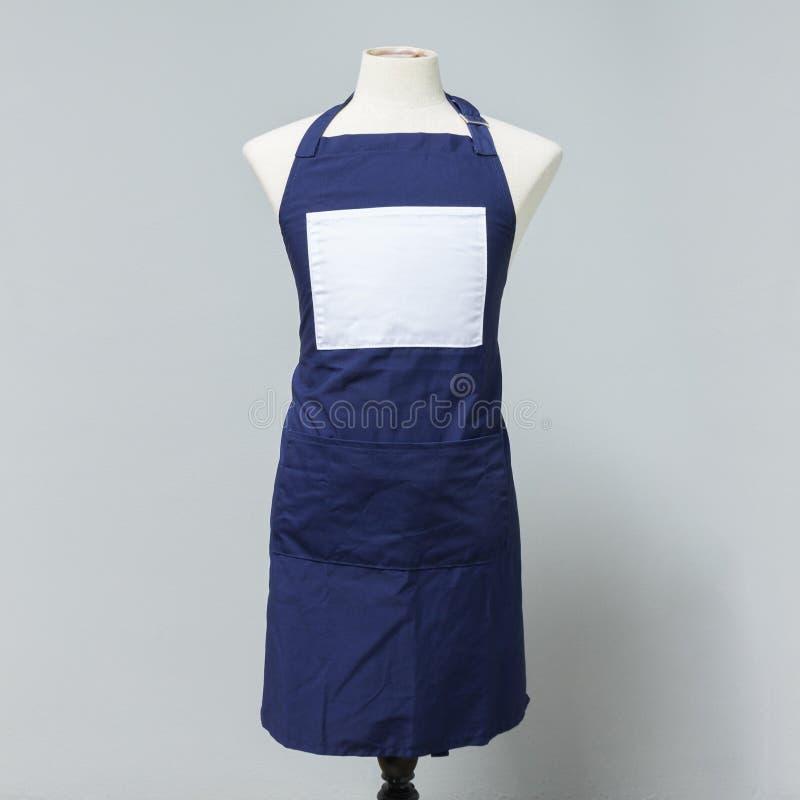 Uniforme bleu de tablier de toile sur le mannequin pour le concepteur Costume de femme au foyer pour la cuisson ou le décapant photos stock