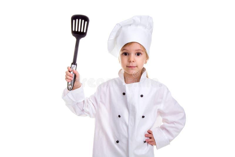 Uniforme branco do cozinheiro chefe da menina isolado no fundo branco Mantendo a omoplata preta com uma outra mão na vista da cin fotografia de stock royalty free