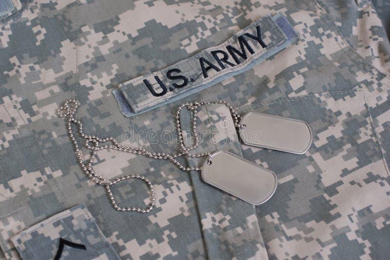 Uniforme camuflado Ejército de los EE. UU. con las placas de identificación en blanco fotografía de archivo libre de regalías