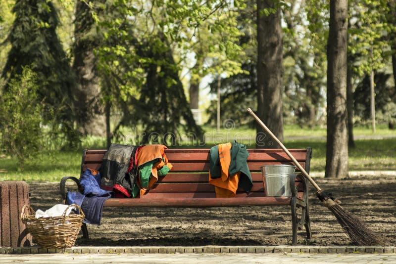 Uniforme de jardinage d'outils et de travailleurs de nettoyage sur un brench photo stock