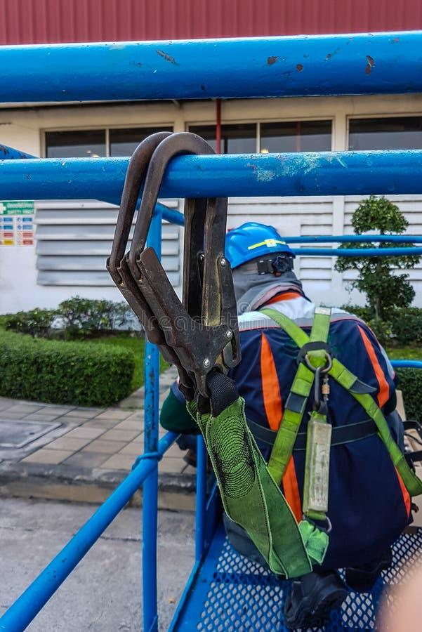 Uniforme de sécurité de travailleurs sur l'échafaudage, l'espace de copie image stock