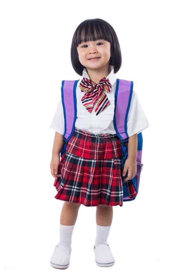 Uniforme del estudiante de la niña china asiática y bolso de escuela que llevan imágenes de archivo libres de regalías