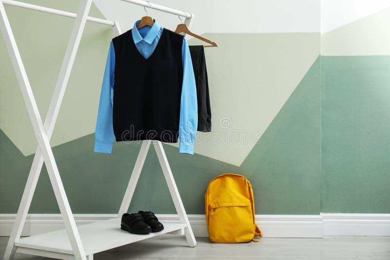 Uniforme escolar para el muchacho en el estante imagen de archivo libre de regalías