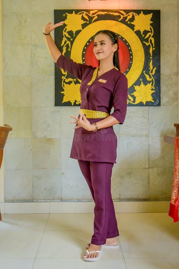 Uniforme vestindo da empregada de mesa asiática bonita no restaurante tailandês fotografia de stock