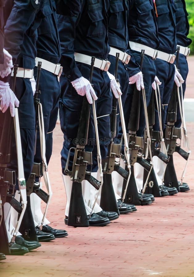 Uniformes do exército com metralhadoras em seguido. fotos de stock royalty free