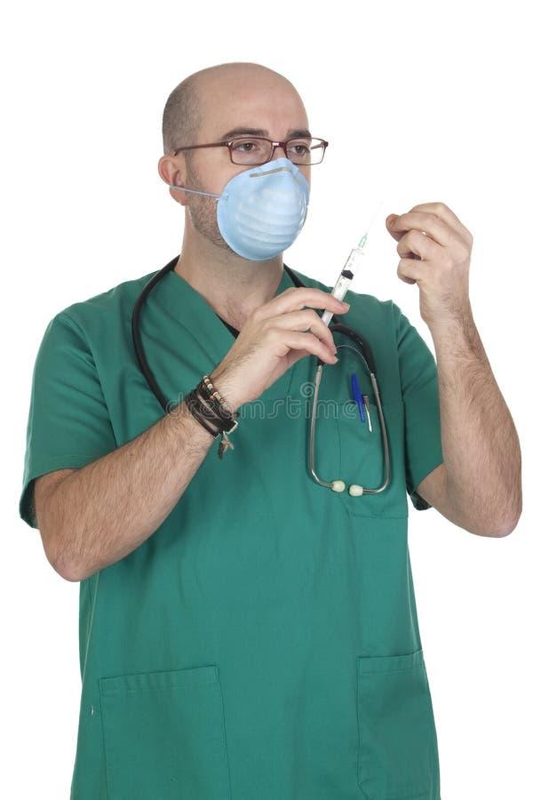 Uniformes verts médicaux préparant une seringue photo libre de droits