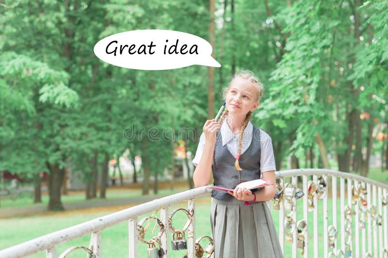 Uniformiertes Schulmädchen dachte Das Kind lernt entfernt Entwicklungsausbildung stockfoto