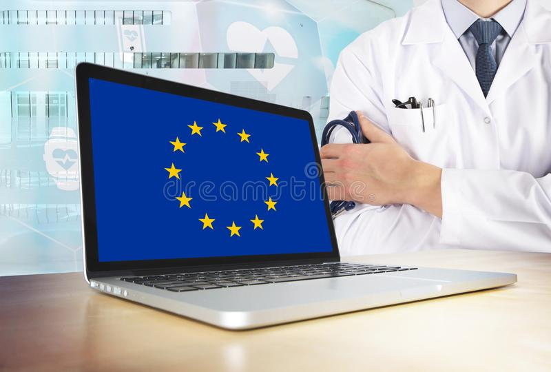 Unii Europejskiej system opieki zdrowotnej w technika temacie Europa flaga na ekranie komputerowym Doktorska pozycja z stetoskope obrazy royalty free