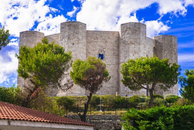 Unik åttahörnig slott Castel del Monte - UNESCOvärldsarv, Puglia, Italien royaltyfri foto